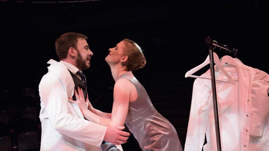 Božji delec – operna črna komedija za tri igralce in tri privide