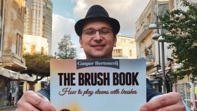 Gašper Bertoncelj in njegova knjiga The Brush Book